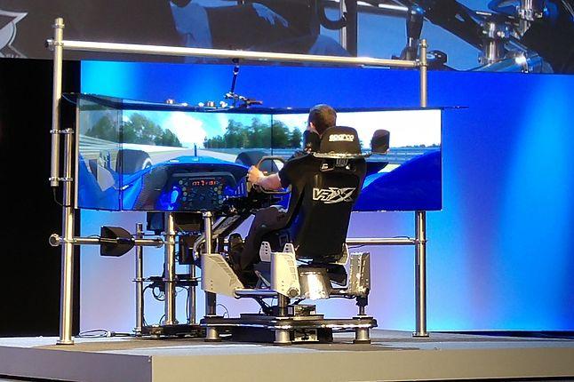 Po co jeździć autem samemu, skoro można siedzieć w zestawie do immersyjnej symulacji Intela?