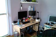 Szuflada w biurku zrobiona z serwera i wiosenna rozbudowa domowego stanowiska pracy