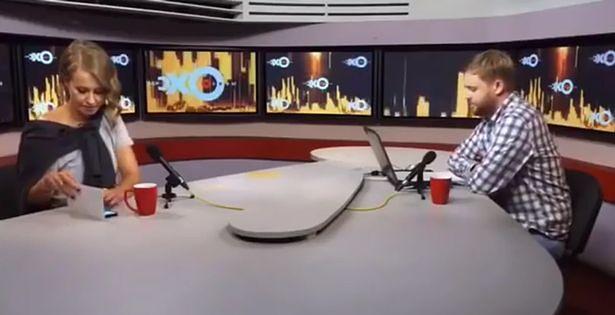 Ksenia Sobczak starająca się ukryć smartfona. Źródło: CEN/echo.msk.ru