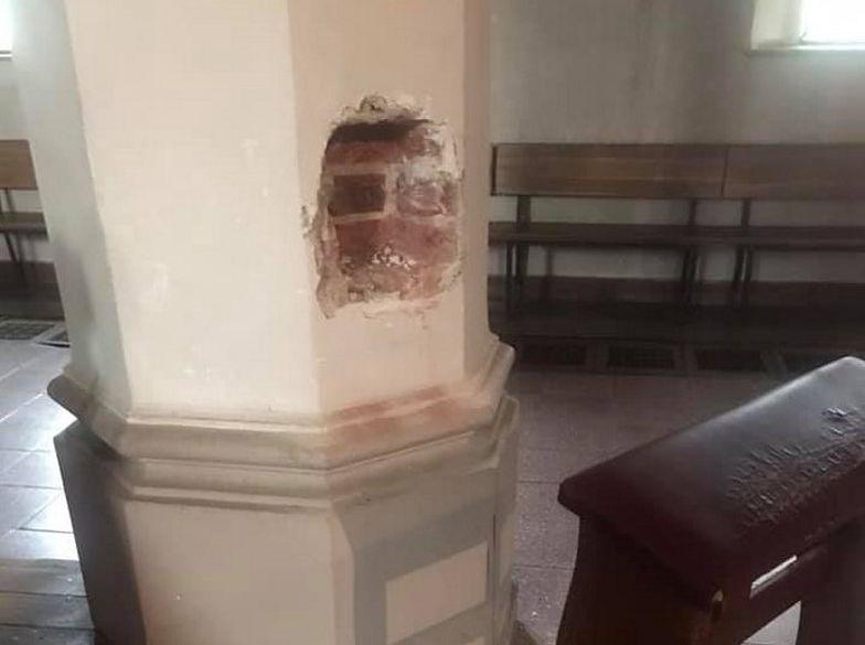 Zuchwała kradzież w kościele. Złodzieje wyrwali skarbony z filarów