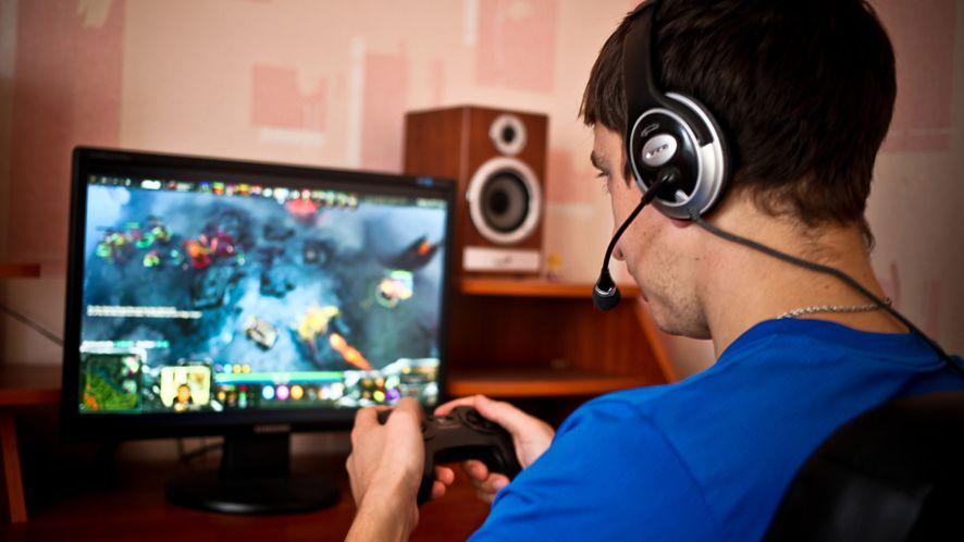 Relatywnie mało wymagające i często darmowe gry e-sportowe są świetnym sposobem na zabawę przy użyciu komputera klasy biurowej. Źródło: Depositphotos