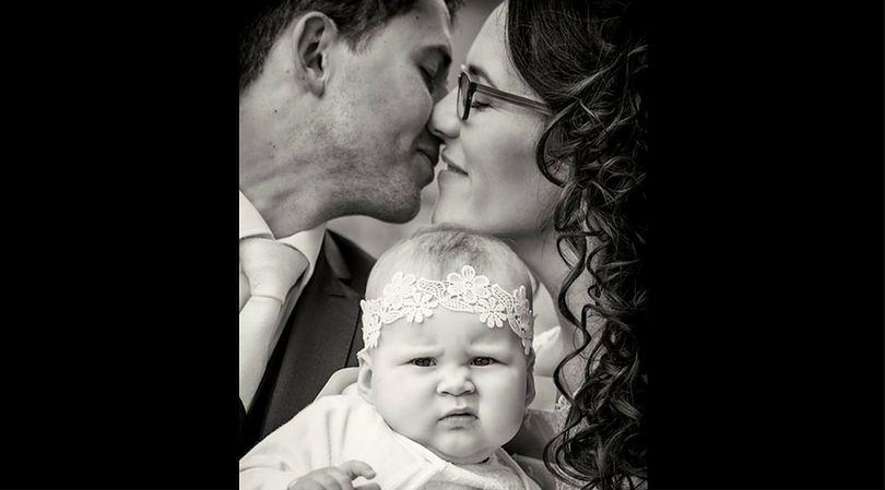 Mina niemowlęcia zdaje się wyrażać zdziwienie zaistniałą sytuacją