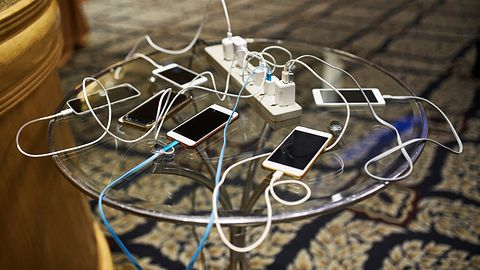 iPhone 12 bez ładowarek i słuchawek. Apple chce nas pocieszyć – obniża im ceny
