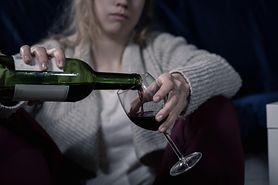 Pijąca kobieta zostaje sama