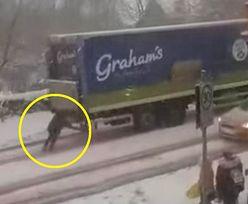 Kobieta stała za ciężarówką. Wszystko uchwyciła kamera