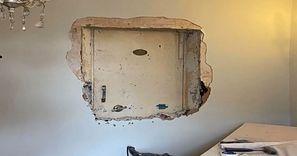 Remontowali stary dom. Niesamowite, co skrywała ściana pod obrazem