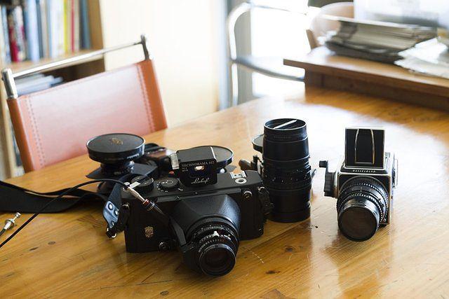 Bae nadal używa przedstawionych na zdjęciu powyżej aparatów analogowych. Zestarzały się wraz z nim podczas długiej drogi, którą odbył jako fotograf.