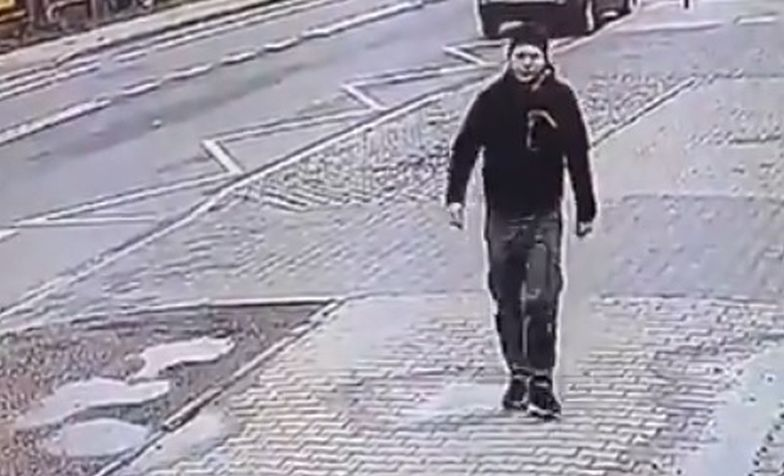 Szedł ulicą i zobaczył polską flagę w kałuży. Nagranie z Radomia jest hitem