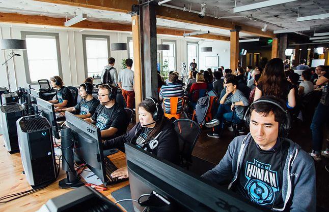 reprezentacja ludzi, złożona z pracowników OpenAI, grających w Dota2 amatorsko