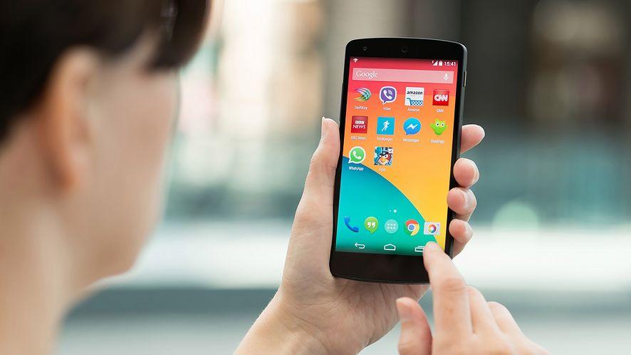 Kobieta korzystająca ze smartfona z Androidem z depositphotos