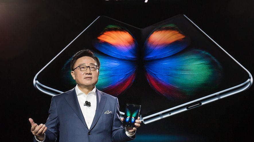 Samsung Galaxy Fold w rękach prezesa firmy, fot. materiały prasowe