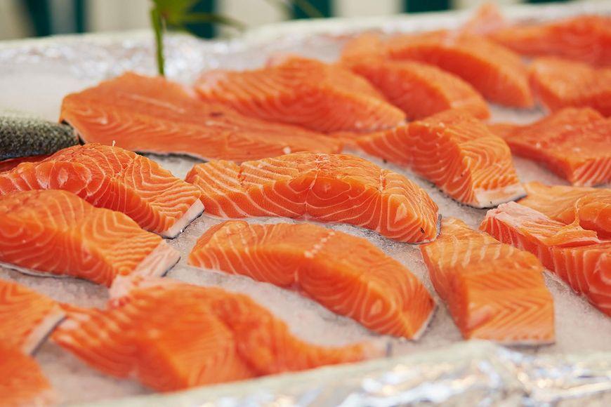 Największym problemem dzikiego łososia jest jego cena. Koszt jednego kilograma to obecnie 100-150 zł.