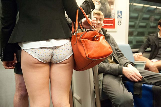 Półnagie kobiety w metrze!