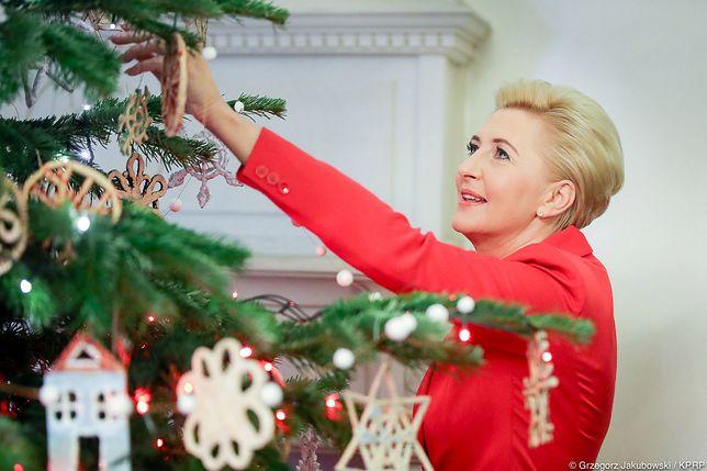 Prezydent Andrzej Duda pokazał choinkę. Agata Duda ubierała ją w pięknej czerwonej stylizacji