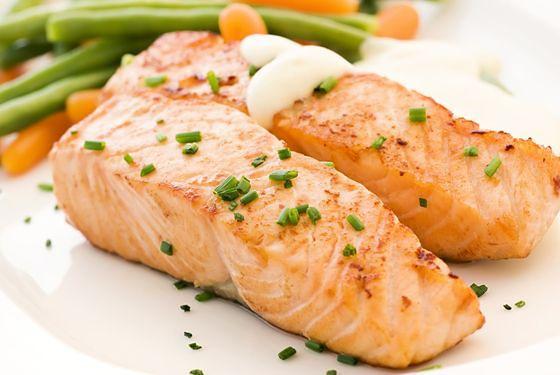 Łosoś pieczony to świetny pomysł na fit kolację