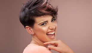 Kobietom o okrągłej twarzy pasują pełne objętości, krótkie fryzury