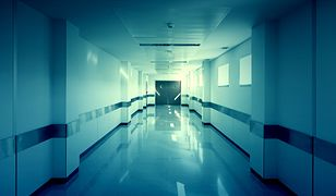 Personel medyczny uszczelnia okna w szpitalu m.in. ręcznikami i kocami