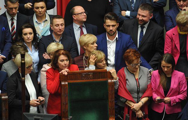 Posłowie opozycji blokują mównicę oraz fotel marszałka podczas posiedzenia Sejmu 16 grudnia