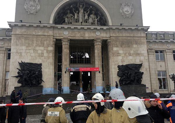 Rosyjscy strażacy i służby bezpieczeństwa na miejscu ataku