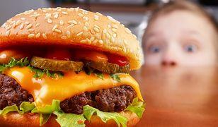Oglądanie telewizji zwiększa zamiłowanie nastolatków do fast foodów