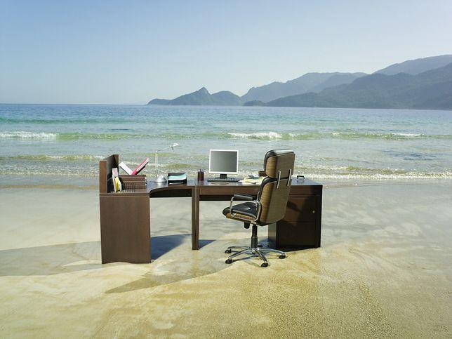 Workation - połączenie pracy zdalnej z urlopem (zdjęcie ilustracyjne)