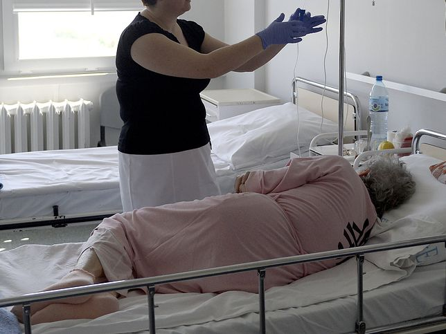 W upalne dni w niektórych salach szpitalnych temperatura przekraczała 25 st. C