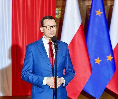 Premier Mateusz Morawiecki wziął udział w uroczystym podniesieniu flagi państwowej