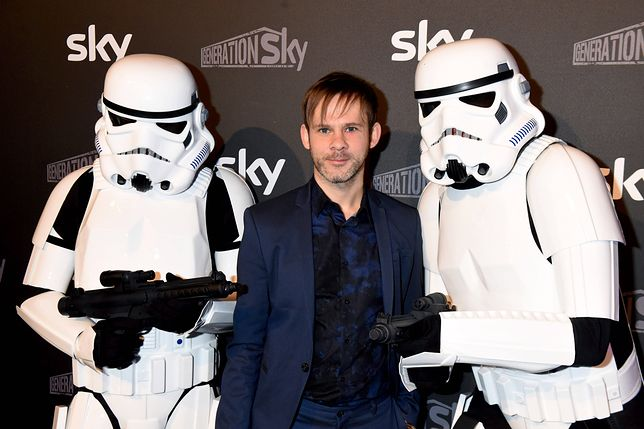 Brytyjski aktor Dominic Monaghan wraz z dwoma szturmowcami z Gwiezdnych Wojen