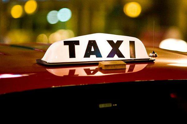 Nietypowy kurs taksówką. Pasażerka wezwała policję