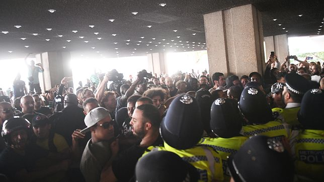 Tłum szturmuje ratusz. Chcą prawdy o Grenfell