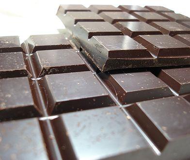 Złodziej ukradł czekoladę podając się za kuriera.