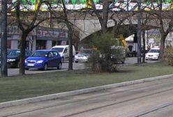Warszawa. Nie zmieścił się pod wiaduktem. Znów zaklinowane auto na Targowej