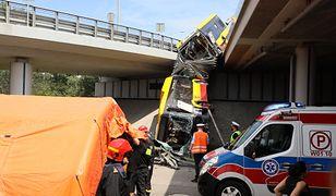Warszawa. Autobus miejski spadł na Wisłostradę z trasy S8. Są ofiary. Wiele osób rannych
