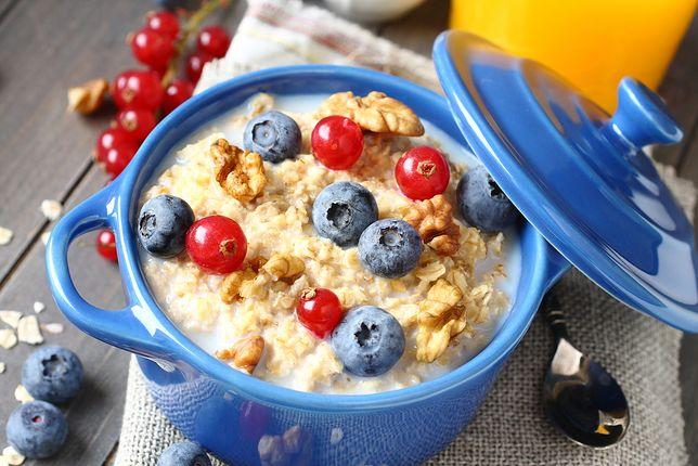 Płatki owsiane z dodatkiem owoców i mleka to przepis na idealne i zdrowe śniadanie