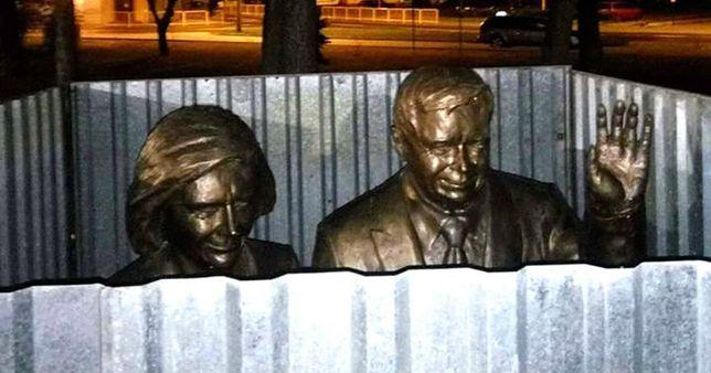 Pomnik Lecha i Marii Kaczyńskich za... parawanem z blachy. Władze miasta tłumaczą