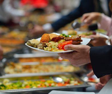 Jedzenie w hotelach. Szkodzi środowisku bardziej niż samoloty
