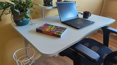 Genesis Holm 320 RGB - biurko dla gracza wcale nie musi być czarne