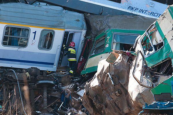 Przeszukiwanie wraków na miejscu katastrofy kolejowej w Szczekocinach