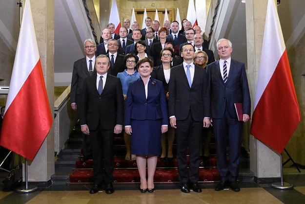 Beata Szydło i członkowie jej gabinetu podczas pierwszego posiedzenia (zdjęcie z 16 listopada 2015)