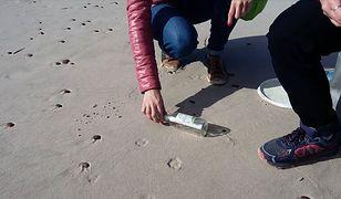 Podczas spaceru  grupa bibliotekarek z Gdyni, znalazła wyrzucony na plażę list w butelce.