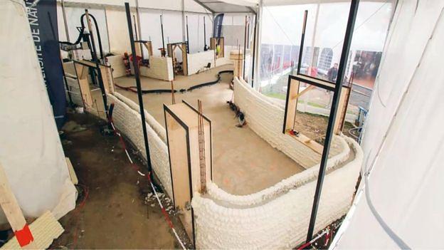 Przestrzeń pomiędzy wydrukowanymi częściami ścian wypełniono cementem