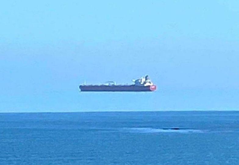 """To nie Photoshop. Statek """"lewituje"""". Zastanawiali się, jakim cudem"""