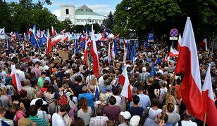 Nagi Kaczyński w holenderskiej gazecie. Satyryczny rysunek o sytuacji w Polsce
