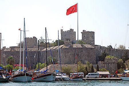 Bodrum, czyli starożytne Halikarnas, nazywane jest St. Tropez Turcji. Jedną z jego największych atrakcji jest twierdza rycerzy z Zakonu Joannitów z XV wieku.