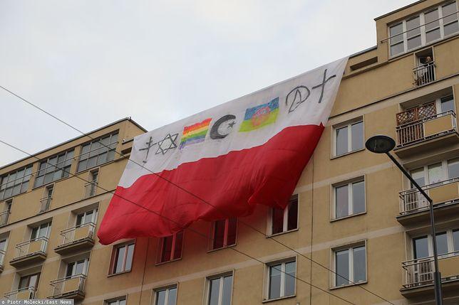 """11 listopada. Zmodyfikowane flagi zawisły na warszawskich blokach. """"Lewicowa prowokacja"""""""