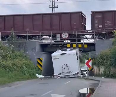 Opole. Camper nie zmieścił się pod wiaduktem kolejowym. Pojazd zniszczony