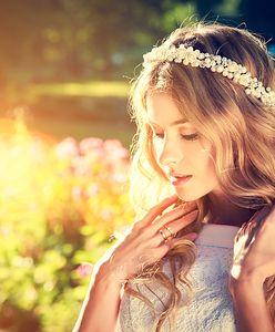 Fryzura z przedziałkiem - modne stylizacje, które kochają gwiazdy