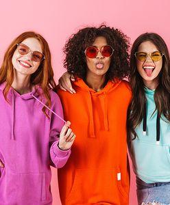 Jak wyglądać kobieco i modnie w bluzie? Podpowiadamy, jakie modele wybrać oraz jak je stylizować!