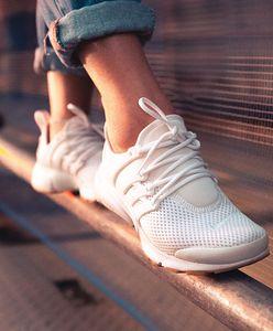 Sneakersy – ponadczasowe buty dla każdego. Podpowiadamy, jak je nosić