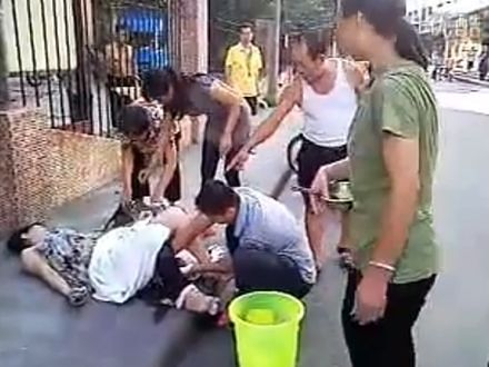 Chinka urodziła dziecko na ulicy!